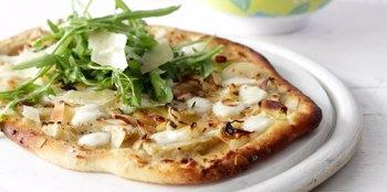 פיצה ביאנקה עם 4 גבינות, ארטישוק ושקדים קלויים