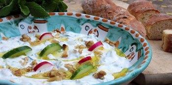 מרק יוגורט משודרג ולחמניות מיוגורט